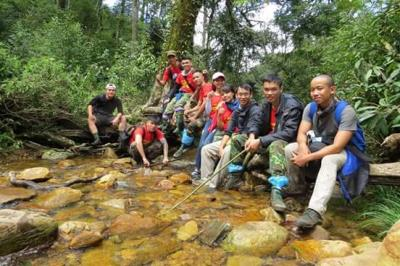 Các Trekker cùng tạo dáng chụp hình dọc con suối trong hành trình chinh phục Fansipan