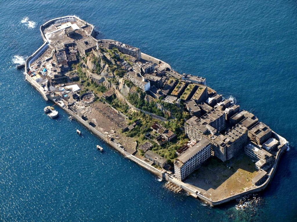 Tham quan 'Đảo ma' giữa biển Nhật Bản