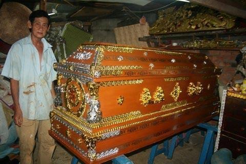 Kỳ quái Nghề ngủ trong quan tài lấy may ở Sài Thành