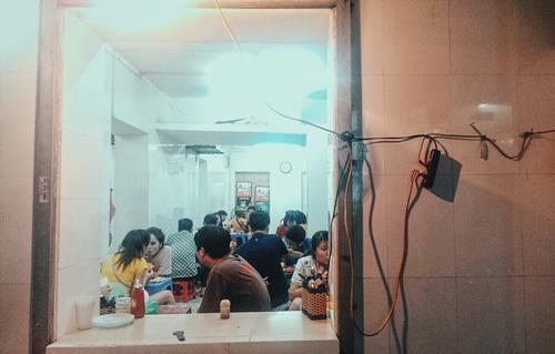 Quán bánh mì chảo bình dân nổi tiếng ở Hà Nội